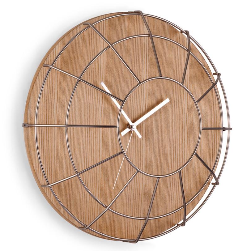 Настенные часы CageНастенные часы<br>Это уже что-то совсем необычное и крайне интересное! Часы с ретро акцентом, выполненные из сочетания дерева и металла, приковывают взгляд, и вы задаетесь вопросом &amp;quot;А как же это сделано?&amp;quot;. Их хочется рассматривать бесконечно. Так что советуем повесить их на самом видном месте, чтобы удивлять гостей, наслаждаться самому и, конечно же, пристально следить за временем.<br>У часов есть не только минутная, но и секундная стрелка. Вешаются на стену с помощью специального зазубренного крючка на задней стороне.<br><br>Material: Дерево<br>Length см: 40.6<br>Width см: 40.6<br>Height см: 11.3