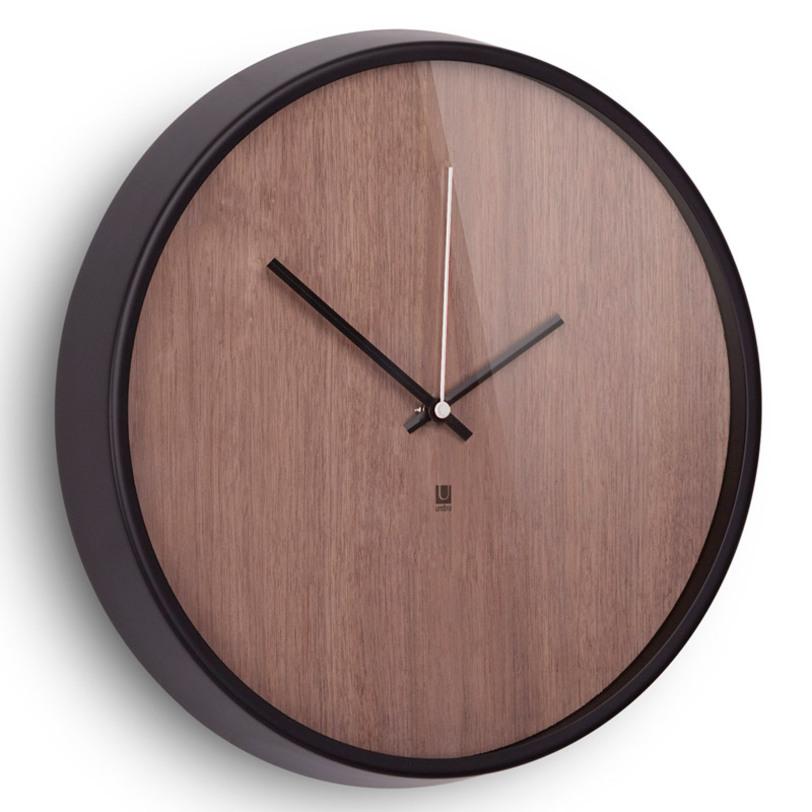 Настенные часы MaderaНастенные часы<br>Хоть и говорят, что счастливые часов не наблюдают, но все же иногда необходимо знать точное время. Не смотря на то, что на этих часах отсутствует разметка, вы запросто определите который час, а главное, станете еще чуточку счастливее - ведь такой элегантный дизайн не может не радовать! Сочетание классики и современности, шпона дерева цвета грецкого ореха и алюминиевой рамки - дизайн вне времени. Шикарно будет смотреться в офисе, в гостиной, в спальне - в любом интерьере.<br><br>Material: Дерево<br>Length см: 32<br>Width см: 32<br>Height см: 3.8