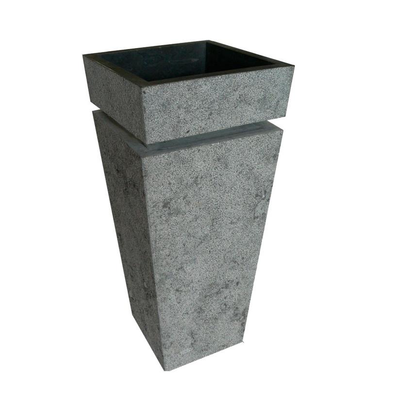 Раковина RinjaniРаковины<br>Раковина из натурального камня делана в виде перевернутой пирамиды. Под верхней -- рабочей, частью сделан желобок для столешницы. Внутри раковина отделана черным глянцевым материалом.<br><br>Material: Камень<br>Length см: 40<br>Width см: 40<br>Height см: 92