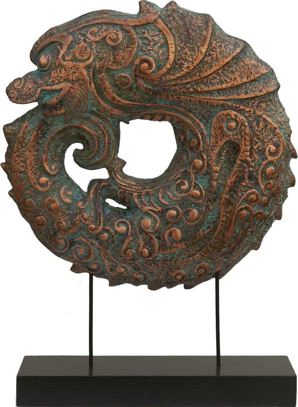 Статуэтка РыбаСтатуэтки<br>Скульптура изображает свернувшуюся кольцом рыбу. Лаконичная подставка с ровными поверхностями и идеально прямыми углами поддерживает круглую композицию. Красивое сочетание цвета старого красного золота и сочного бирюзового.<br><br>Material: МДФ<br>Ширина см: 40<br>Высота см: 52<br>Глубина см: 12