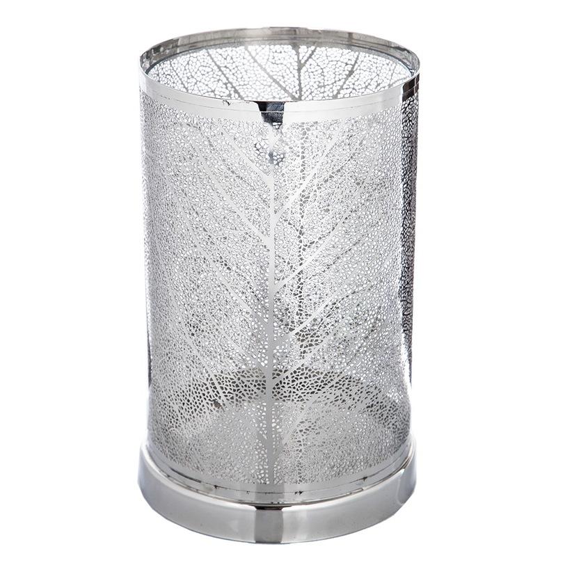 Подсвечник ХарикенПодсвечники<br>Металлический подсвечник с изящным узором в форме листьев серебристого цвета для интерьеров с этническим акцентом. Огонь свечи, проникая сквозь мелкий узор, будет дарить приятный рассеянный свет.<br><br>Material: Металл<br>Height см: 29.0<br>Diameter см: 18.0