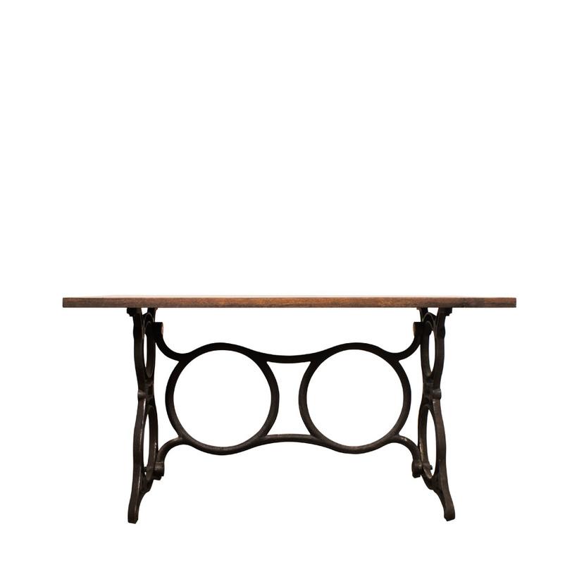 Стол Singer deskПисьменные столы<br>&amp;lt;div&amp;gt;Этот обеденный стол станет гордо примет на себя статус исторического объекта.За прямоугольной столешницей темно-коричневого цвета соберется не одно поколение, и многие гениальные мысли придут именно за этим столом. Особое внимание привлекает кованое основание, состоящее из множества кругов. Эти своеобразные стальные колеса перетягивают взгляд, заставляя усомниться в том, что эта вещь - обеденный стол.&amp;amp;nbsp;&amp;lt;/div&amp;gt;&amp;lt;div&amp;gt;&amp;lt;br&amp;gt;&amp;lt;/div&amp;gt;Материал: Термообработанное дерево<br><br>Material: Дерево<br>Length см: 140.0<br>Width см: 70.0<br>Depth см: None<br>Height см: 74.0<br>Diameter см: None