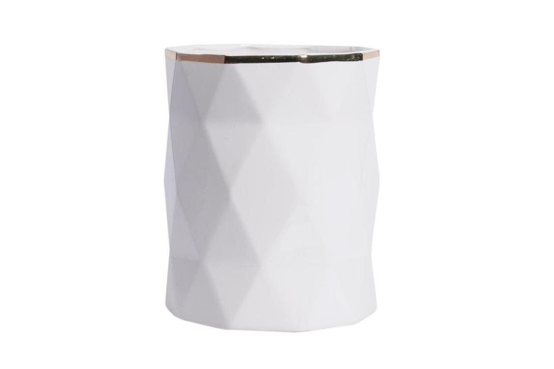 Декоративная ваза Allure Gold HighВазы<br>Декоративная ваза Allure Gold High – это многофункциональный предмет декора, который может выступать самостоятельно или быть частью цветочной композиции. Аксессуар имеет весьма оригинальную форму и изысканную золотистую окантовку, поэтому прекрасно будет дополнять интерьер без наличия букетов. Однако если украсить такую вазу живыми цветами, то она лишь подчеркнет их свежесть и добавит комнате уюта, тепла и роскоши.<br><br>Материал: Грубая керамика<br><br>Material: Керамика<br>Ширина см: 17<br>Высота см: 21