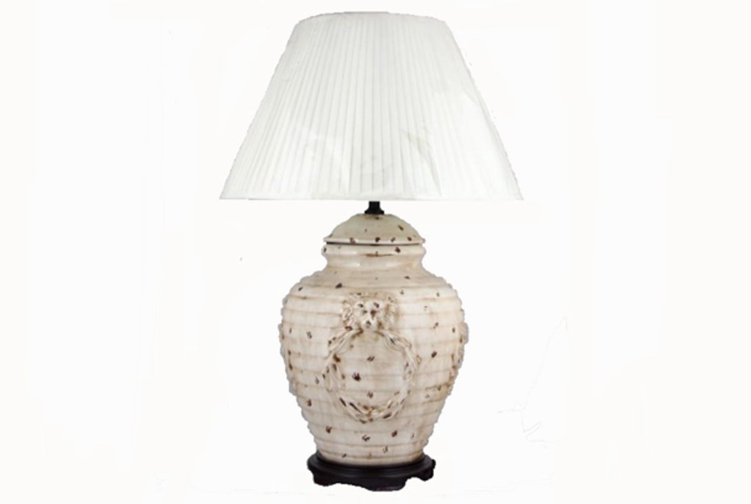Настольная лампаДекоративные лампы<br>Оригинальное основание этой лампы сделно из керамики в виде вазы с крышкой. Его рябая поверность дополнительно украшена барельефами львиных голов, держащих кольца. Абажур в форме широкой пирамиды украшен тонкими полосками. Светильник рассчитан на лампу с цоколем Е27.<br><br>Material: Керамика<br>Length см: 60<br>Width см: 60<br>Height см: 90