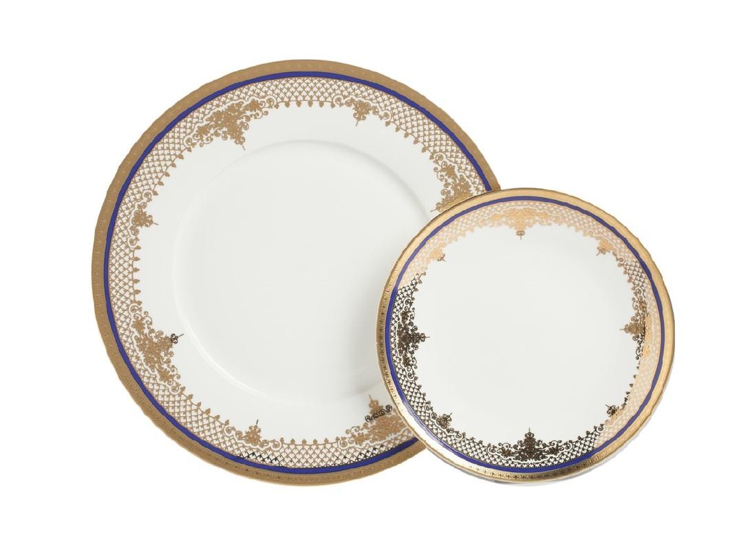 Комплект тарелок WanderТарелки<br>Набор тарелок из костяного фарфора с королевским узором украсит обеденную зону в стиле французский шик. Прекрасное сочетание золотой и насыщенной синей краски не оставят вас равнодушными.<br><br>Материал: Костяной фарфор<br>Размер: D25,5 см, D20 см<br>Цвет: Белый, золотой<br><br>Material: Фарфор