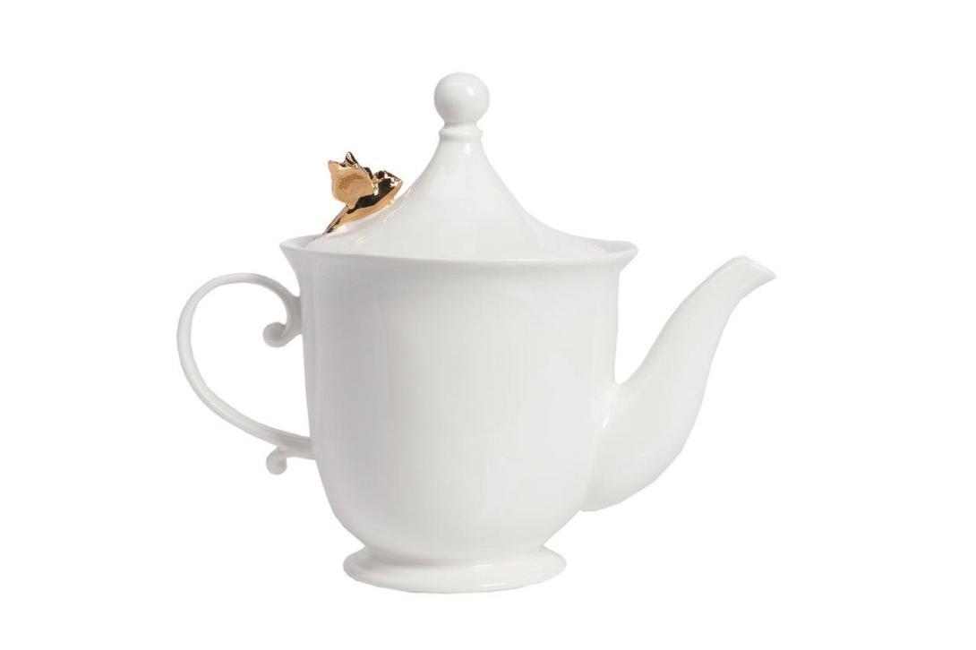 Заварной чайник BejaflorКофейники и молочники<br>Романтичный чайник из грубой керамики в классических формах прованса. Маленькая статуэтка золотой птички будто случайно украсила крышку чайника, намекая на его французскую утонченность.<br><br>Материал: Грубая керамика<br>Цвет: Белый, золотой<br><br>Material: Керамика<br>Length см: 15<br>Width см: 15<br>Height см: 22