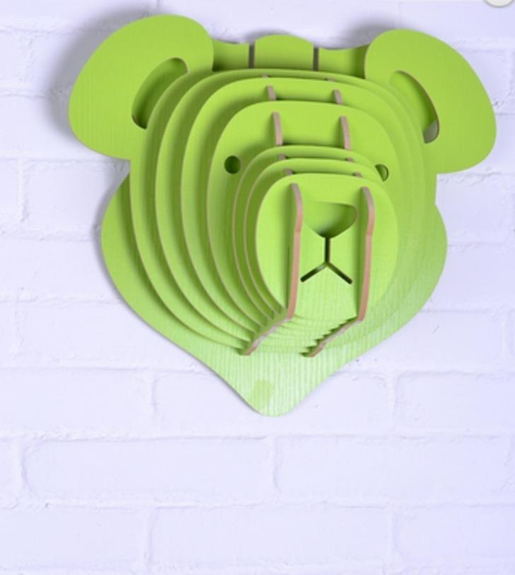 Настенный декор Медведь ЗеленыйФигуры<br>Декоративные головы животных на стену выполнены в скандинавском стиле, сочетают в себе естественную простоту и изысканность. Экологически безопасные, сделанные вручную, такие элементы декора смотрятся всегда необычно, и в тоже время очень стильно!<br><br>Цвет: зеленый<br><br>Material: МДФ<br>Ширина см: 39<br>Высота см: 35<br>Глубина см: 22