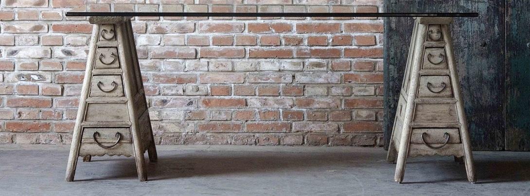 Стол МейкерОбеденные столы<br>Неожиданный дизайн этого стола заставляет улыбнуться. Длинный, почти два метра, стол выглядит легким -- и за счет стеклянной столешницы, и благодаря оригинальным ножкам -- в виде деревянных пирамид с выдвижными ящиками для салфеток, столовых приборов и прочих мелочей, столь необходимых в обеденной зоне. Ручки ящиков сделаны из грубого металла и добавляют этому предмету мебели винтажного очарования.<br><br>Material: Дерево<br>Length см: 181<br>Width см: 83<br>Height см: 76