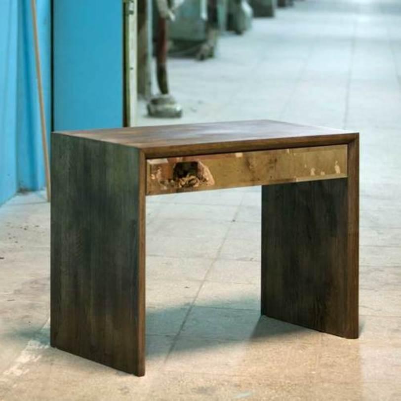 Стол с ящиком Mirror OakПисьменные столы<br>Письменный стол классической формы из массива дуба с оригинальной отделкой из медного зеркала на выдвижном ящике. Каркас покрыт маслом, цвет которого, как и размер стола, можно выбрать на заказ.<br><br>Материал: дуб, масло, медное зеркало.<br>Отделка: темно-корич?невое масло, бесцветное масло, белое масло.<br>Возможны различные варианты размеров, стоимость необходимо уточнять.<br><br>Срок изготовления: 4-5 недель.<br><br>Material: Дерево<br>Ширина см: 100<br>Высота см: 76<br>Глубина см: 50