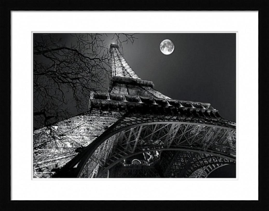 Постер Tour EiffelПостеры<br>Постер для романтиков -- ночь, луна, Париж. Эйфелева башня, снятая снизу, кажется бесконечной, как настоящая любовь.<br><br>Material: Бумага<br>Width см: 90<br>Depth см: 3<br>Height см: 70