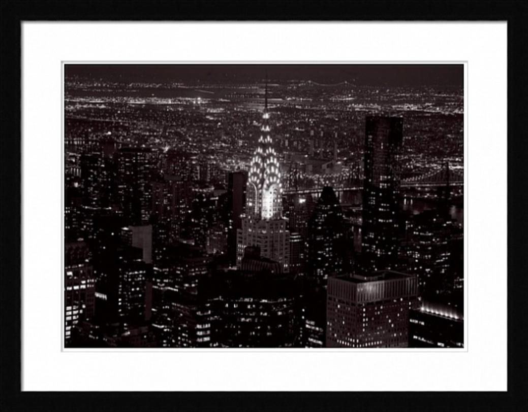 Постер Le Chrysler BuilidingПостеры<br>Возвышающийся над Манхэттеном знаменитый Крайслер билдинг. Построенный в 1930 году, небоскреб представляет собой яркое выражение стиля ар деко.<br><br>Material: Бумага<br>Width см: 90<br>Depth см: 3<br>Height см: 70<br>Diameter см: None
