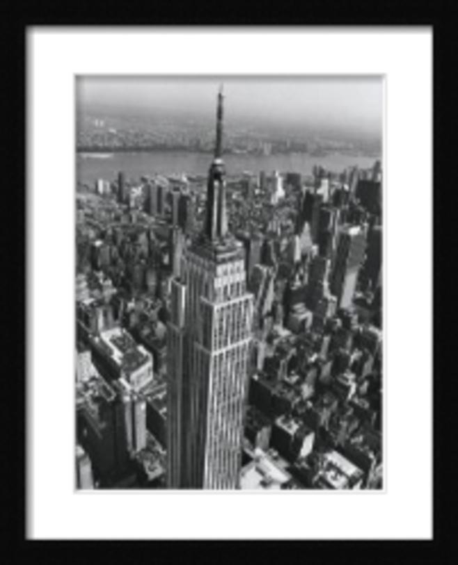 Постер Empire State BuildingПостеры<br>Город, наполненный зданиями, населенный людьми, предстает на этом постере с точки зрения птицы. Или пилота. В любом случае, и вид и точка зрения создают напряжение, держат в тонусе, заставляют смотреть на вещи шире.<br><br>Material: Бумага<br>Width см: 66<br>Depth см: 2<br>Height см: 82