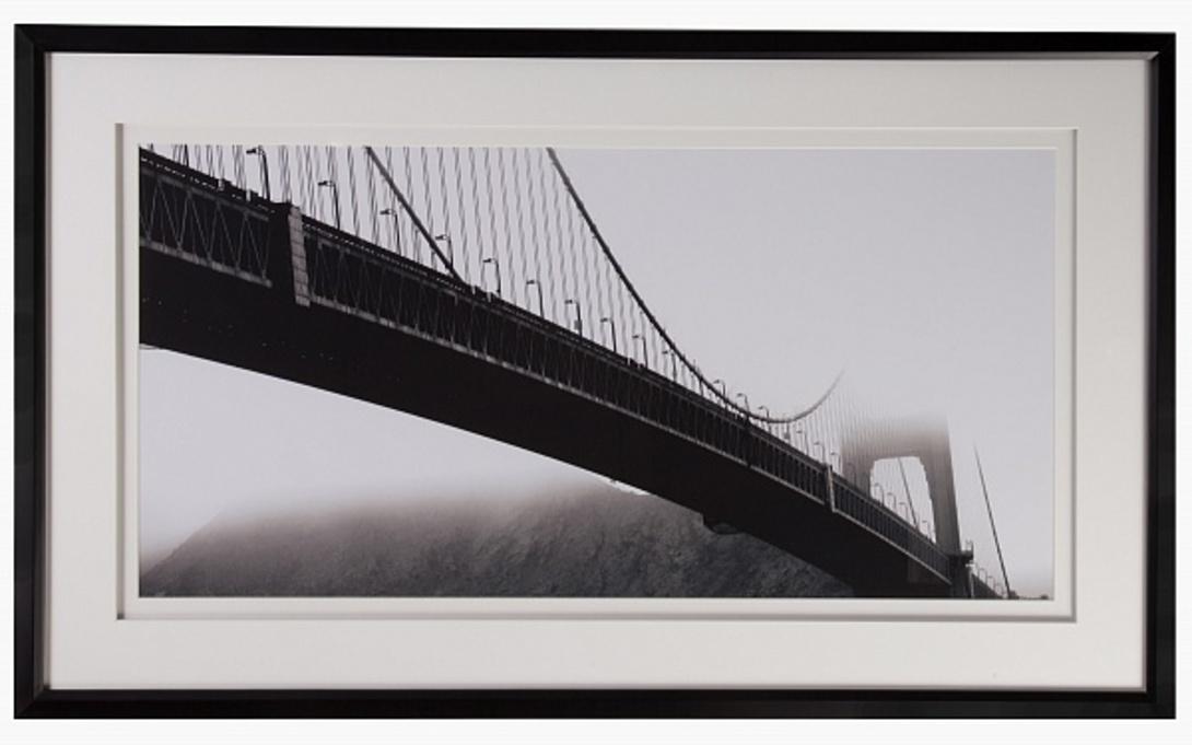 Постер Golden Gate BridgeПостеры<br>Картина-постер с изображением подвесного моста подойдет для декорирования интерьера в английском стиле. Черно-белое туманное утро в горах освежит пространство.<br><br>Material: Бумага<br>Width см: 124<br>Depth см: 3<br>Height см: 74