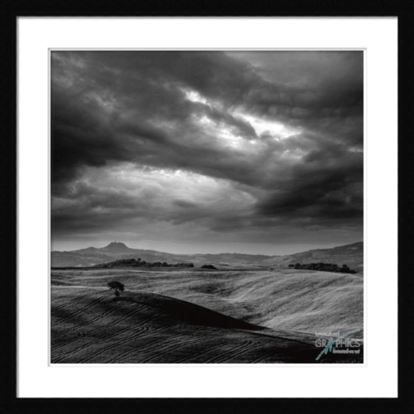 Постер PienzaПостеры<br>Холмы простираются под грозовым небом. Напряженный, динамичный пейзаж.<br><br>Material: Бумага<br>Width см: 91<br>Depth см: 3<br>Height см: 91
