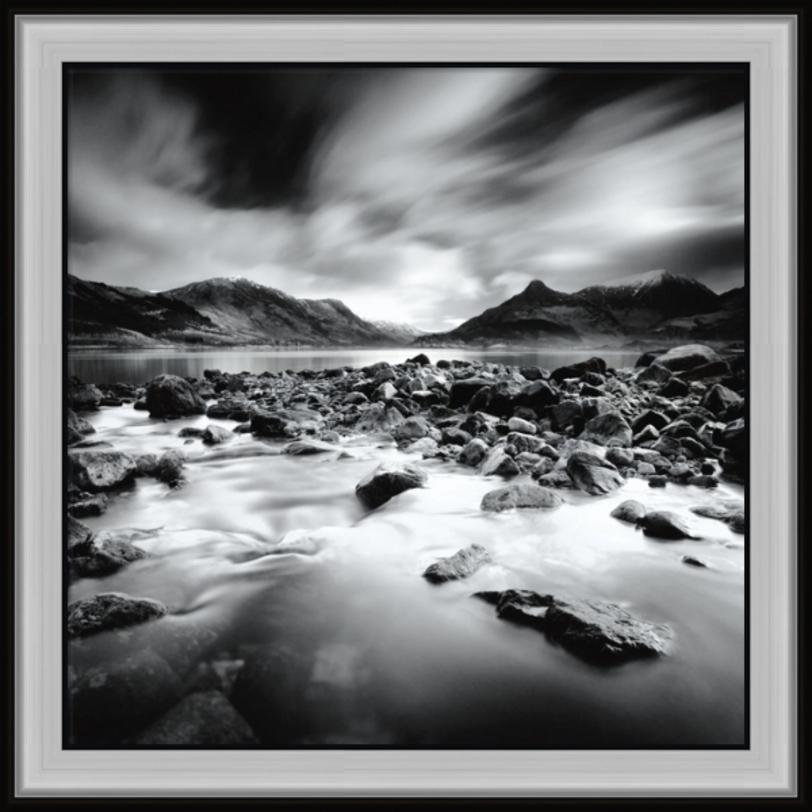 Постер Morning LightПостеры<br>Бурная горная речка впадает в тихое горное озеро. Вода бурлит между камлей, мелке брызги образуют на ней подобие тумана, перекликающегося с перьевыми облаками.<br><br>Material: Бумага<br>Width см: 70<br>Depth см: 3<br>Height см: 70