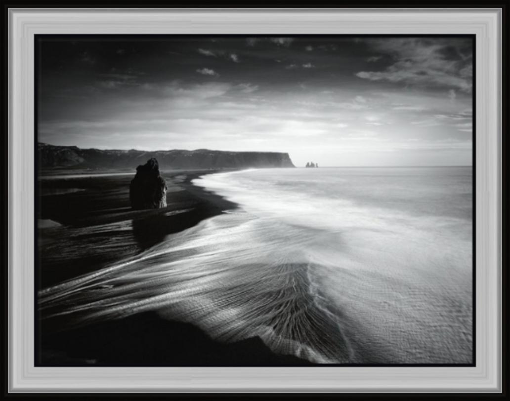 ПостерПостеры<br>Море, скалы, горизонт. Контрастный снимок в целом мирного пейзажа выглядит весьма драматично.<br><br>Material: Бумага<br>Width см: 94<br>Depth см: 3<br>Height см: 74