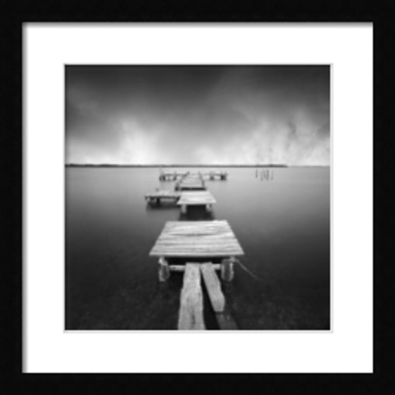 Постер FragmentsПостеры<br>Черно-белая фотография мостков, уходящих в водную даль под хмурящимся небом. Постер, который создает перспективу и способен сделать пространство более глубоким.<br><br>Material: Бумага<br>Width см: 65<br>Depth см: 2<br>Height см: 65
