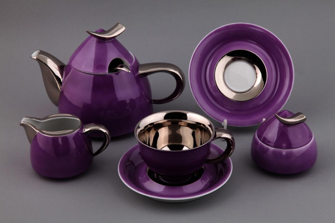 Чайный сервиз KeltЧайные сервизы<br>Набор из 15 предметов на 6 персон:<br>1.Чайник - 1,2 л.<br>2.Набор чашек с блюдцами - 6 шт. (чашки 0,35 л.)<br>3.Сахарница - 0.2 л.<br>4.Молочник - 0,3 л.<br><br>Сервиз упакован в черную кожаную коробку с бархатом внутри.<br><br>Material: Фарфор<br>Высота см: 20