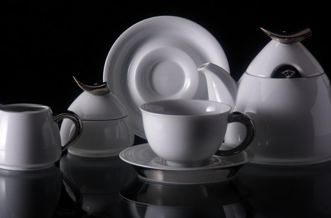 Чайный сервиз KeltЧайные сервизы<br>Набор из 15 предметов на 6 персон:<br>1.Чайник - 1,2 л.<br>2.Набор чашек с блюдцами - 6 шт. (чашки 0,35 л.)<br>3.Сахарница - 0.2 л.<br>4.Молочник - 0,3 л.<br><br>Сервиз упакован в черную кожаную коробку с бархатом внутри.<br><br>Material: Фарфор<br>Length см: None<br>Width см: None<br>Depth см: None<br>Height см: 20.0<br>Diameter см: None