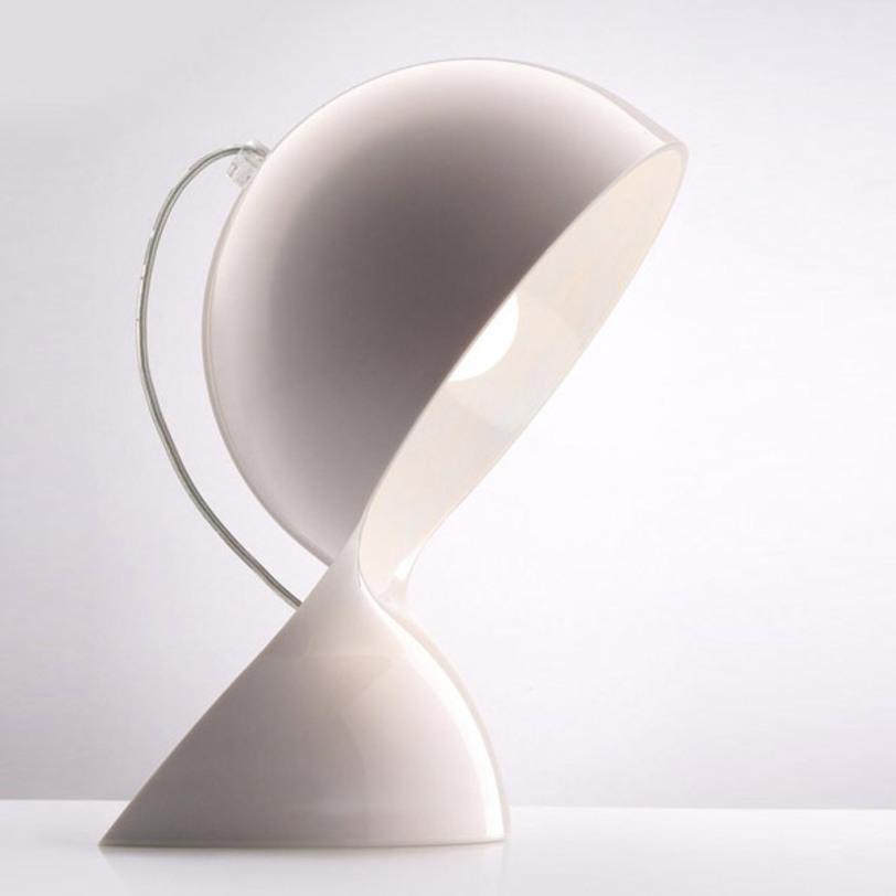 Настольная лампа DaluДекоративные лампы<br>Dalu доступна в прозрачном оранжевом и прозрачном красном цвете, а так же в белом и черном. Корпус изготовлен из формованного литого термопластика.<br><br>Мощность: 1 x 28 Вт, Е14<br><br>Material: Пластик<br>Width см: 18.4<br>Depth см: 18.4<br>Height см: 26
