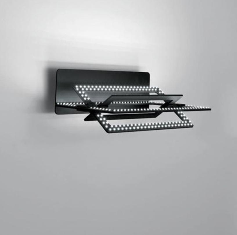 Бра CopernicoБра<br>На трех концентрических элементах, в сложенном состоянии образующих единую плоскость, размещены 400 белых светодиодов. Два внутренних элемента вращаются независимо друг от друга относительно горизонтальной оси, что позволяет направлять свет и получать многочисленные пространственные конфигурации.<br>Корпус выполнен из адонированного алюминия.<br><br>Мощность: LED х 38 Вт<br><br>Material: Алюминий<br>Ширина см: 34<br>Высота см: 11<br>Глубина см: 24