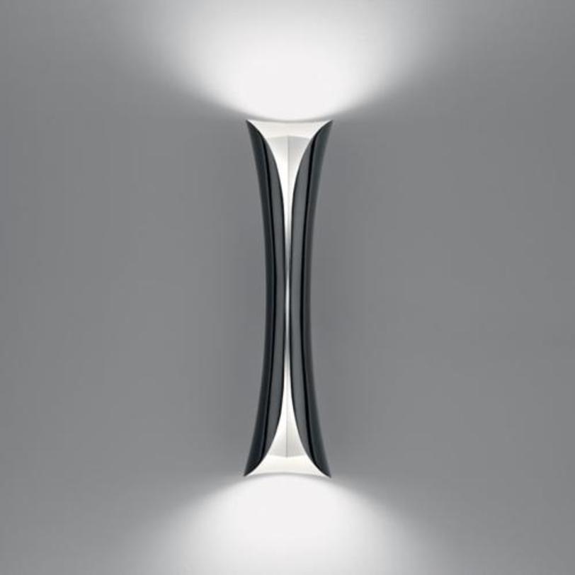 Бра CadmoБра<br>Корпус светильника из термопластика; отражатель из оптического алюминия. Снаружи цвет черный, внутри белый.<br><br>Мощность: 2 G24Q-3 x 32 Вт<br><br>Material: Пластик<br>Width см: 13<br>Depth см: 13<br>Height см: 54