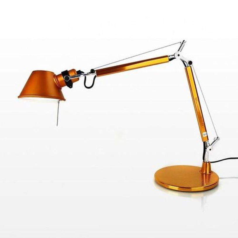 Настольная лампа Tolomeo micro tavolo - Halo Anodized bronzeНастольные лампы<br>Основание и суставы корпуса из полированного алюминия, рассеиватель из анодированного матового алюминия бронзового цвета. Система пружинной балансировки. Регулируемые размеры в зависимости от положения. Настольное основание идет в комплекте.<br><br>Мощность: 1 Е14 x 60 Вт<br><br>Material: Алюминий<br>Width см: 69<br>Height см: 73<br>Diameter см: 17