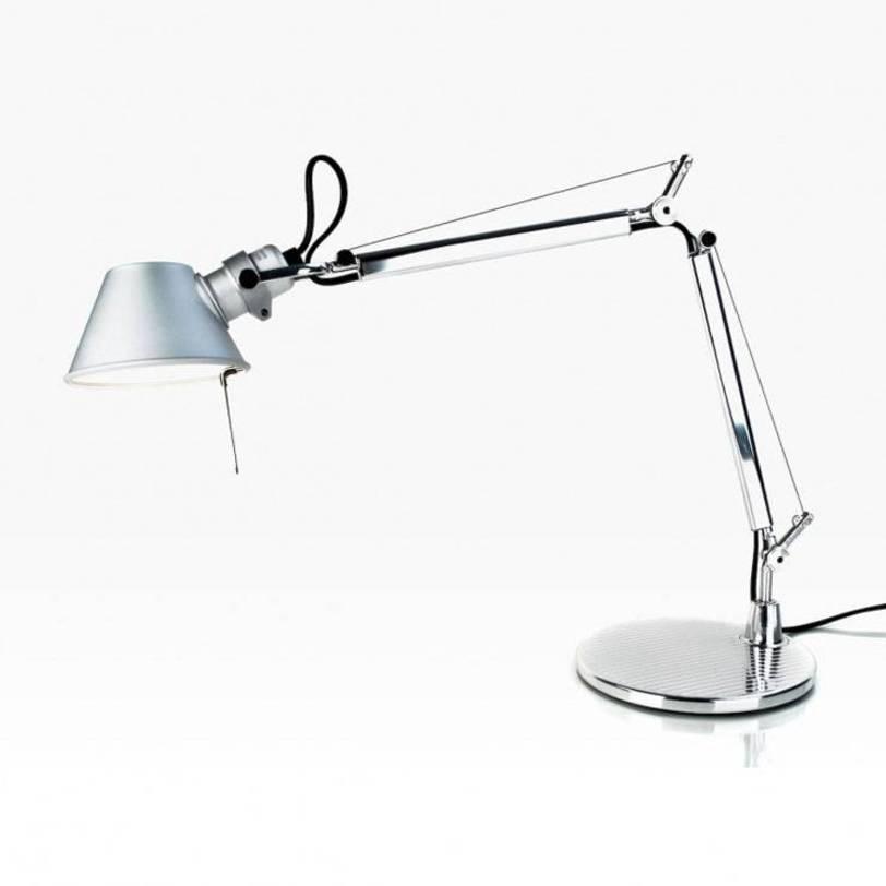 Настольная лампа Tolomeo micro tavolo - Halo Anodized AluminiumНастольные лампы<br>Основание и суставы корпуса из полированного алюминия, рассеиватель из анодированного матового алюминия. Система пружинной балансировки. Регулируемые размеры в зависимости от положения. Настольное основание идет в комплекте.<br><br>Мощность: 1 Е14 x 60 Вт<br><br>Material: Алюминий<br>Length см: None<br>Width см: 37<br>Depth см: 17<br>Height см: 45<br>Diameter см: 17.0