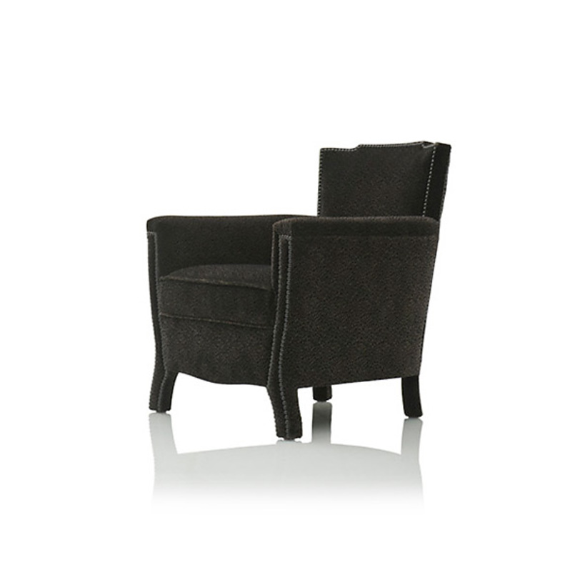 Кресло Le 1920Интерьерные кресла<br>Кресло от бельгийского бренда JNL придется по вкусу ценителям ретро-мебели. Модель выполнена в стиле 20-х годов ХХ века, это придает ей благородство и представительность. Трапециевидная спинка и слегка изогнутые ножки подчеркивают сдержанный силуэт. Кресло обтянуто фактурной тканью черного цвета, за счет чего предмет смотрится очень достойно. Внешняя часть корпуса декорирована металлическими гвоздиками, что превращает Le 1920 в настоящий раритет.<br><br>Material: Текстиль<br>Width см: 66<br>Depth см: 67<br>Height см: 72