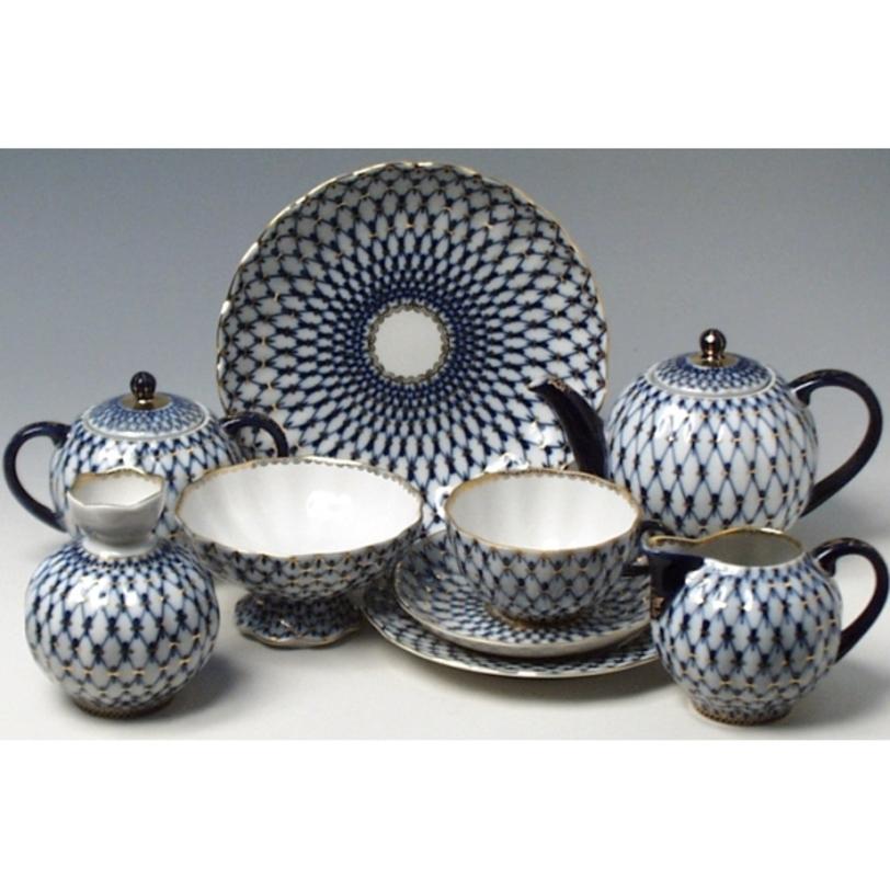 Сервиз чайный  Кобальтовая сеткаЧайные сервизы<br>Чайный сервиз &amp;quot;Кобальтовая сетка&amp;quot; изготовлен из твердого фарфора, который всегда был эталоном и образцом совершенства для создателей фарфора.<br><br>Сервиз с таким узором получил золотую медаль на Всемирной выставке в Брюсселе в 1958 году.<br>Это самое популярное изделие, как в России, так и в Европе и США.<br><br>Узор «Кобальтовая сетка» стал визитной карточкой завода.<br><br>Изделия Императорского фарфорового завода, основанного в 1744 году в Санкт-Петербурге, украшали императорские дворцы и преподносились в дар королевским особам. Гармоничное сочетание классических форм с изысканной филигранной росписью придает изделиям поистине драгоценный вид и ставит их в разряд коллекционного фарфора.<br><br>Сервиз на 6 персон (20 предметов).<br><br>Форма: «Тюльпан».<br><br>В сервиз входит:<br>Чайник 650 мл - 1шт.<br>Сахарница 450 мл - 1шт.<br>Чашка 250 мл - 6шт.<br>Блюдце 15 см - 6шт.<br>Тарелка 18 см - 6шт.<br><br>Material: Фарфор