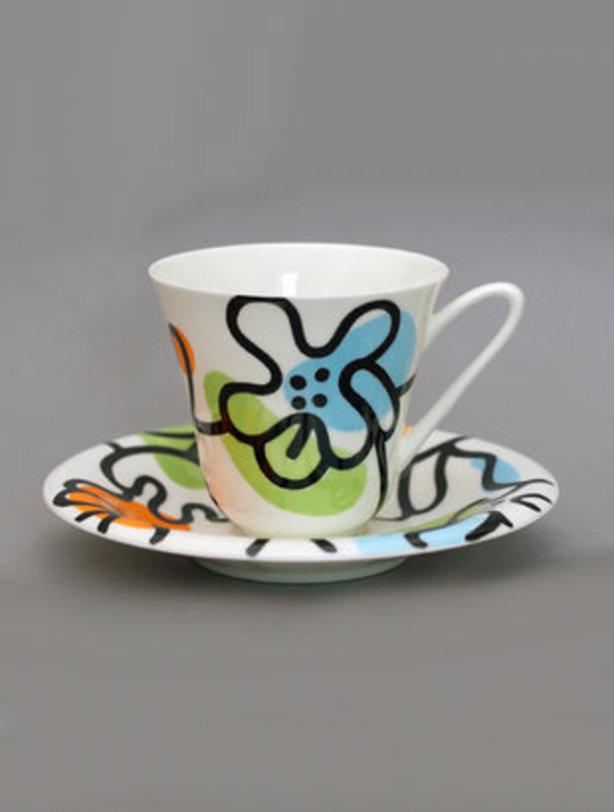 Чайная чашка с блюдцем  Эмилия зеленаяЧайные пары и чашки<br>Чайная пара строгой, в меру изящной формы. Оживление вносит разноцветная жизнерадостная роспись, дарящая бодрость каждый день. Изготовленная из тончайшего костяного фарфора, чайная пара является символом достатка и роскоши, а с другой стороны, такая посуда олицетворяет домашний уют и комфорт.<br><br>Фарфор Императорского фарфорового завода, созданного в 1744 году в Санкт-Петербурге, украшал императорские дворцы и преподносился в дар королевским особам.<br>Яркая природная выразительность фарфоровой посуды, прекрасные традиции мастерства, изящный и благородный рисунок до сих пор является отличительной чертой легендарного завода.<br>Объем 200 мл<br><br>Material: Фарфор