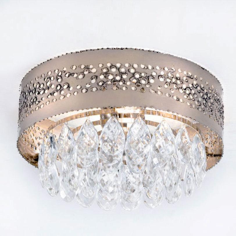 Люстра HolesЛюстры потолочные<br>Потолочный светильник серии HOLES выполнен в стиле модерн. Металлический рассеиватель золотистого цвета имеет оригинальную отделку поверхности: россыпь отверстий, сквозь которые струится свет. Светильник декорирован подвесками-кулонами из прозрачного хрусталя Swarovski.<br><br>Мощность: 2x 60 Вт, Е14<br><br>Material: Металл<br>Height см: 16<br>Diameter см: 33