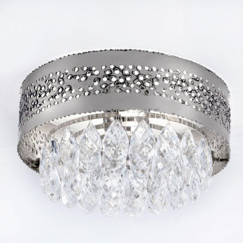 Люстра HolesЛюстры потолочные<br>Потолочный светильник серии HOLES выполнен в стиле модерн. Рассеиватель металлический хромированный с оригинальной отделкой поверхности: россыпь отверстий, сквозь которые струится свет. Светильник декорирован подвесками-кулонами из прозрачного хрусталя Swarovski.<br><br>Мощность: 2x 60 Вт, Е14<br><br>Material: Металл<br>Height см: 16<br>Diameter см: 33