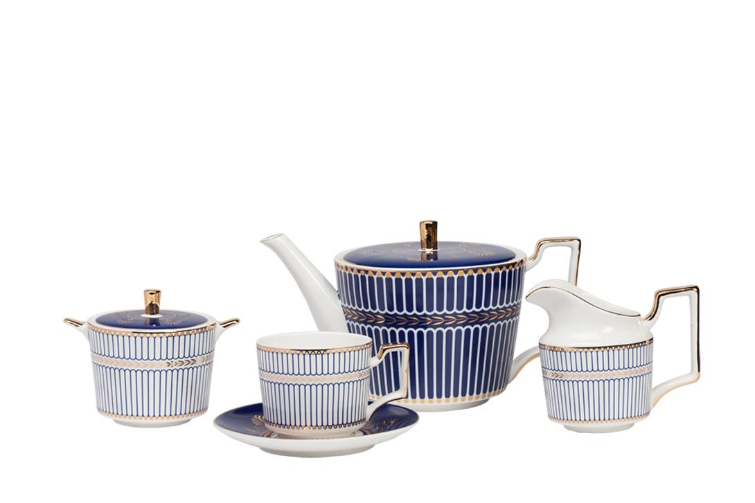 Чайный сервиз PerlinaЧайные сервизы<br>Сервиз на 4 персоны: 4 пары чашка+блюдце, молочник, сахарница, кофейник (чайник)<br>Материал: костяной фарфор.<br>Цвет: белый, синий, золотой<br><br>Material: Фарфор