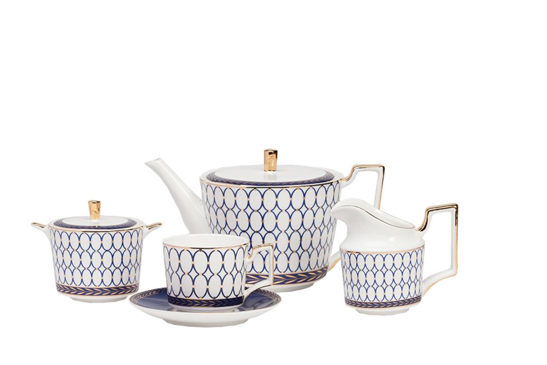 Чайный сервиз GiftЧайные сервизы<br>Сервиз на 4 персоны: 4 пары чашка+блюдце, молочник, сахарница, кофейник (чайник)<br>Материал: костяной фарфор.<br>Цвет: белый, синий, золотой<br><br>Material: Фарфор