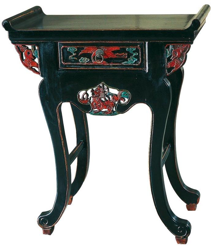 Консоль Лянь-Лянь-эр-чу-чаэКонсоли с ящиками<br>В эпоху правления династии Мин стало популярным делать столешницу с закругленными краями. Для мастеров было важно, чтобы углы были не острыми, а мягкими и плавными, как в древности.<br>Фасадная часть стола-алтаря украшена китайской символикой, фантастическими зооморфическими существами: Фениксом или Красной птицей, а также Драконом.<br><br>Материал: тополь, вяз, береза (в зависимости от партии)<br><br>Material: Дерево<br>Ширина см: 72<br>Высота см: 85<br>Глубина см: 32