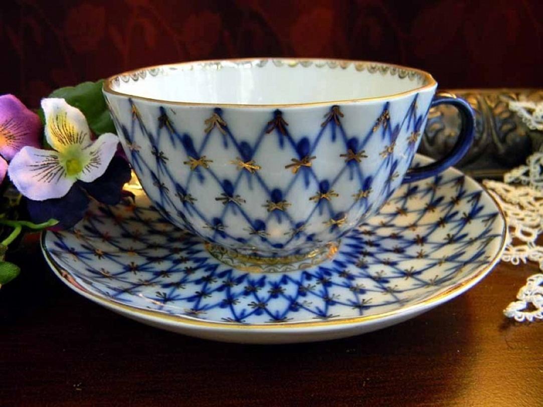 Чайная чашка с блюдцем Кобальтовая сеткаЧайные пары и чашки<br>Чайная пара &amp;quot;Кобальтовая сетка&amp;quot; из костяного фарфора, который за высочайшее качество, утонченность и красоту называют «белым золотом». Узор &amp;quot;Кобальтовая сетка&amp;quot; - визитная карточка завода.<br><br>Изделия Императорского фарфорового завода, основанного в 1744 году в Санкт-Петербурге, украшали императорские дворцы и преподносились в дар королевским особам. Гармоничное сочетание классических форм с изысканной филигранной росписью придает изделиям поистине драгоценный вид и ставит их в разряд коллекционного фарфора.<br><br>Material: Фарфор