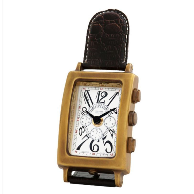 Часы Clock Schindler brassНастольные часы<br>Основание корпуса изготовлено из металла с медной отделкой, ремешок - из коричневой кожи.<br><br>Material: Металл<br>Ширина см: 7<br>Высота см: 19