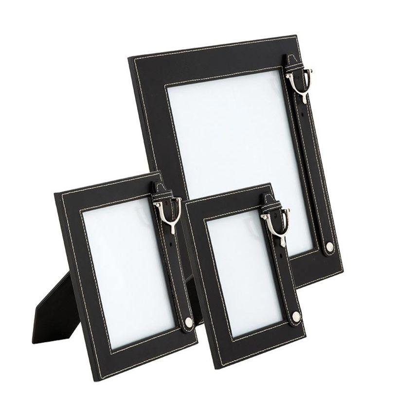 Набор рамок Picture Frame ImogenРамки для фотографий<br>Набор из трех фоторамок разного размера.<br>Фоторамки выполнены из стекла и кожи. Основание — из прозрачного стекла, декор — из черной кожи и металла. Контрастная строчка белого цвета.<br>Фоторамки разного размера: большая — 33 x 28 см, средняя — 22 x 17,5 см, маленькая — 20 x 14,5 см.<br><br>Material: Кожа<br>Length см: None<br>Width см: None<br>Depth см: None<br>Height см: None<br>Diameter см: None