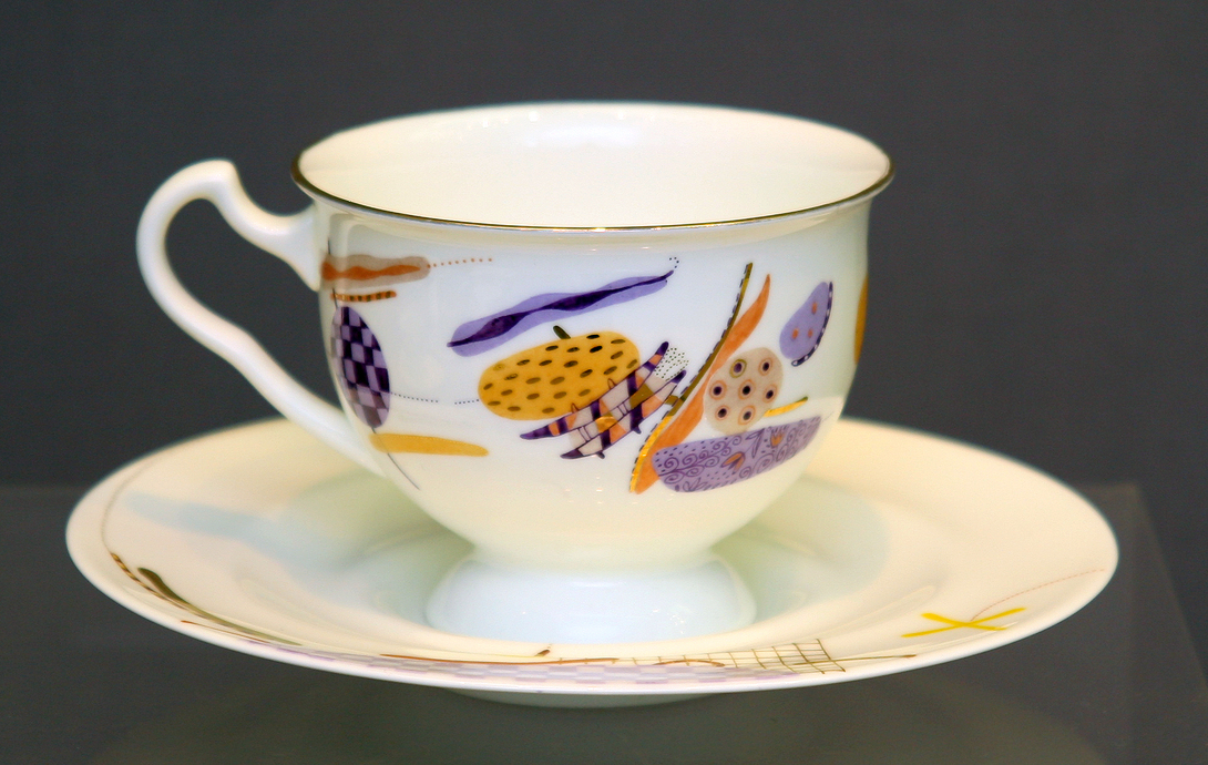 Чайная Чашка с блюдцем Айседора ЛеденецЧайные пары и чашки<br>Чайная пара из тончайшего костяного фарфора. Украшающий чашку и блюдце рисунок напоминает скорее коллаж-аппликацию: небрежно расположенные геометрические формы, различные узоры и линии, вкрапления золота — все это создает легкое, воздушное настроение и дарит радость каждое утро.<br><br>Изделия Императорского фарфорового завода, основанного в 1744 году в Санкт-Петербурге, украшали императорские дворцы и преподносились в дар королевским особам. Гармоничное сочетание классических форм с изысканной филигранной росписью придает изделиям поистине драгоценный вид и ставит их в разряд коллекционного фарфора.<br>Объем 240 мл<br><br>Material: Фарфор