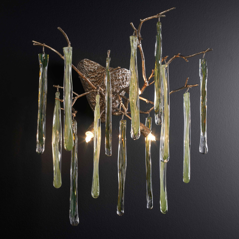 Бра GLAMOURБра<br>Бра из коллекции Glamour на арматуре серебряного цвета. Дизайн выполнен в виде дерева со сплетением ветвей. На ветвях прозрачные подвески из муранского стекла. Возможны другие варианты по цвету стекла и покрытию металла. Идеальные пропорции и изящные линии сочетают в себе классические традиции и новаторство нашего времени. Все изделия Serip изготавливаются вручную, имеют органичные формы и цвета, вливаются в интерьер, делая его утонченнее и ярче.<br><br>Материал: МУРАНСКОЕ СТЕКЛО<br>Количество лампочек: 4<br>Мощность: 4x 40 Вт<br>Тип лампы: ГАЛОГЕННАЯ, G9<br>Вес: 4 кг<br><br>Material: Стекло<br>Ширина см: 50<br>Высота см: 50<br>Глубина см: 34