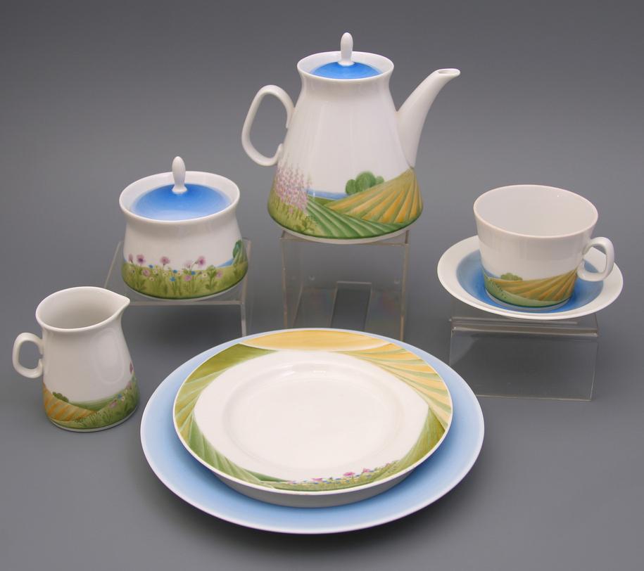 Сервиз чайный  Иван-чайЧайные сервизы<br>На белоснежном фоне, расписанном вручную, красуются наливные луга с чудесными цветами Иван-чая. Даже в самый холодный день этот чайный сервиз наполнит дом летним теплом и ароматом любимого напитка.<br>Сервиз на 6 персон (20 предметов):<br>Чайник 500 мл - 1 шт.<br>Сахарница 200 мл - 1 шт.<br>Чашка чайная 210 мл с блюдцем - 6 шт.<br>Тарелка десертная 16 см - 6 шт.<br><br>Изделия Императорского фарфорового завода, основанного в 1744 году в Санкт-Петербурге, украшали императорские дворцы и преподносились в дар королевским особам. Гармоничное сочетание классических форм с изысканной филигранной росписью придает изделиям поистине драгоценный вид и ставит их в разряд коллекционного фарфора.<br><br>Material: Фарфор