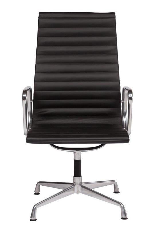 Кресло Eames Office ArmchairРабочие кресла<br>&amp;lt;div&amp;gt;Как должно выглядеть идеальное кресло для офиса? Презентабельно и стильно. Бренд DG Home соединил эти качества в образцовой модели&amp;amp;nbsp;&amp;quot;Eames Office Armchair&amp;quot;. Черная матовая кожа в паре с хромированным каркасом создают деловой образ, подчеркивающий статус и положение владельца. Это кресло хорошо разместится как в стенах офиса, так и в домашнем кабинете.&amp;lt;/div&amp;gt;&amp;lt;div&amp;gt;&amp;lt;br&amp;gt;&amp;lt;/div&amp;gt;Материал: натуральная кожа, металлический каркас (алюминий)<br><br>Material: Кожа<br>Length см: 58<br>Width см: 55<br>Depth см: None<br>Height см: 105<br>Diameter см: None