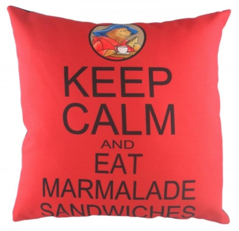 Подушка с надписью Paddington Keep CalmКвадратные подушки и наволочки<br>Красная, квадратная подушка, с надписью Paddington Keep Calm и мягким наполнителем, подчеркнет особенность вашего дома и обеспечит уютный отдых.<br><br>Material: Текстиль<br>Length см: 43<br>Width см: 43<br>Depth см: None<br>Height см: 6<br>Diameter см: None