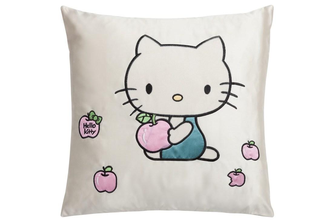 Подушка Hello KittyКвадратные подушки и наволочки<br>Подушка Hello Kitty с изображением известной и бесконечно очаровательной кошечки непременно станет самым любимым предметом декора в комнате ребенка или в вашей спальне, оформленной в любом современном и игривом стиле. Аксессуар изготовлен из полиэстера – совершенно безопасного и практичного материала. Яркость, оригинальность и хорошее настроение гарантированы вам и вашему дому с приобретением подушки Hello Kitty.<br><br>Material: Текстиль<br>Ширина см: 45<br>Высота см: 6