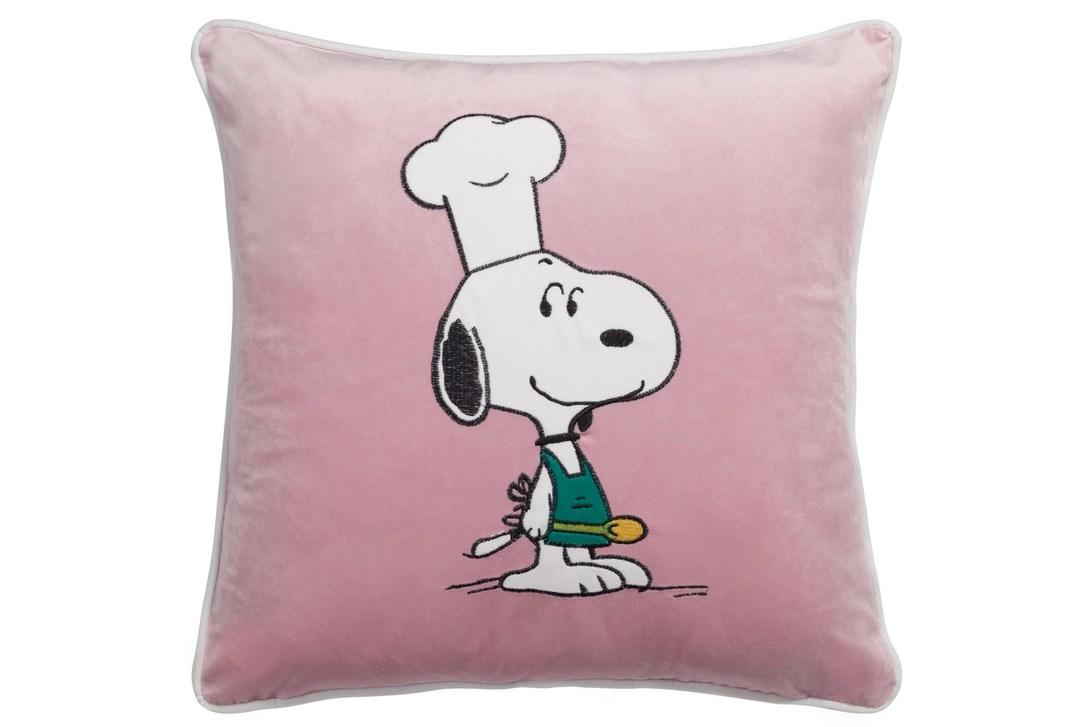 Подушка Snoopy ChefКвадратные подушки и наволочки<br>Непревзойденный и милый персонаж комиксов и мультфильмов теперь будет вас радовать ежедневно. Розовая подушка Snoopy Chef, изготовленная из 100 % полиэстера, станет прекрасным украшение детской или любой другой комнаты вашего дома, оформленного в современном стиле. Такой предмет декора непременно привнесет в помещение яркости, игривости и хорошего настроения.<br><br>Material: Текстиль<br>Length см: 45<br>Width см: 45<br>Depth см: None<br>Height см: 6<br>Diameter см: None
