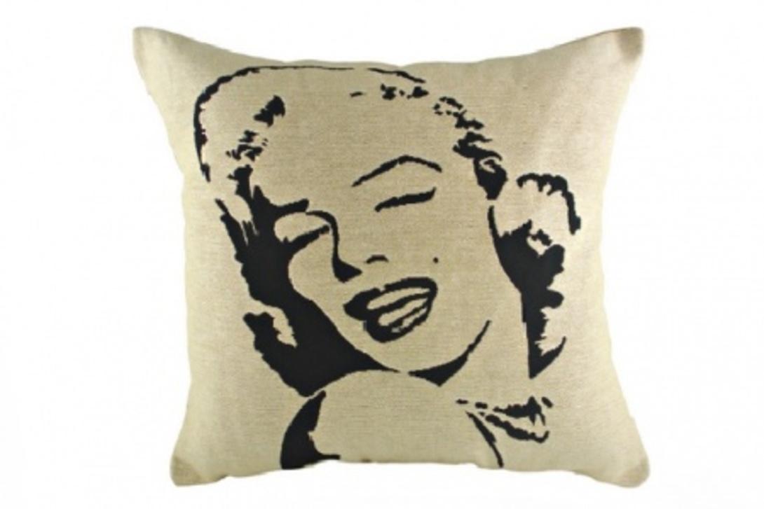 Подушка Marilin MonroeКвадратные подушки и наволочки<br>Светло-серая подушка покрыта хлопковой тканью с принтом портрета Marilin Monroe, с мягким упругим наполнителем, отлично подойдет для отдыха, вполне уместна для подарка человеку, у которого все есть.<br>Материал: Наполнитель - 100% полиэстер, чехол для подушки - 100% хлопок.<br><br>Material: Хлопок<br>Length см: 43<br>Width см: 43<br>Depth см: None<br>Height см: 10<br>Diameter см: None