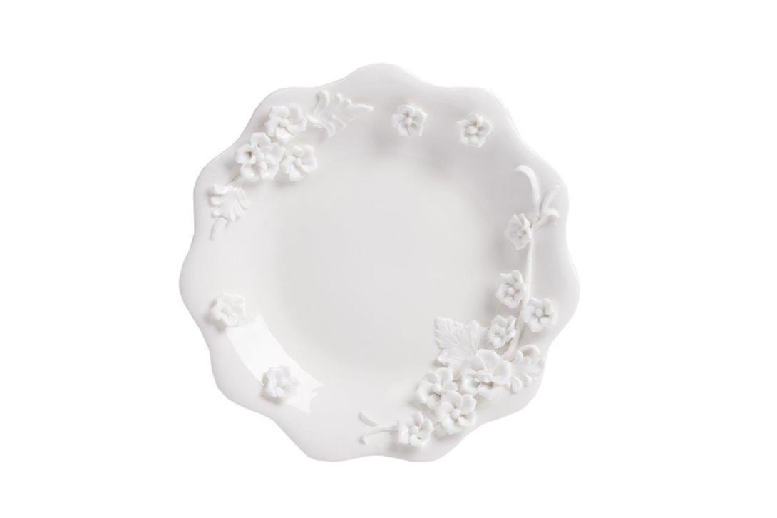 Тарелка BlumeТарелки<br>Выполненная из грубой керамики тарелка в стиле Прованс, диаметром 15 см, декорирована объёмным цветочным рисунком, что предаёт ей особую элегантность. Благодаря этому, тарелка может стать самостоятельным элементом интерьера кухни или столовой и украсит любой интерьер.<br><br>Material: Керамика<br>Length см: None<br>Width см: None<br>Depth см: None<br>Height см: None<br>Diameter см: 15