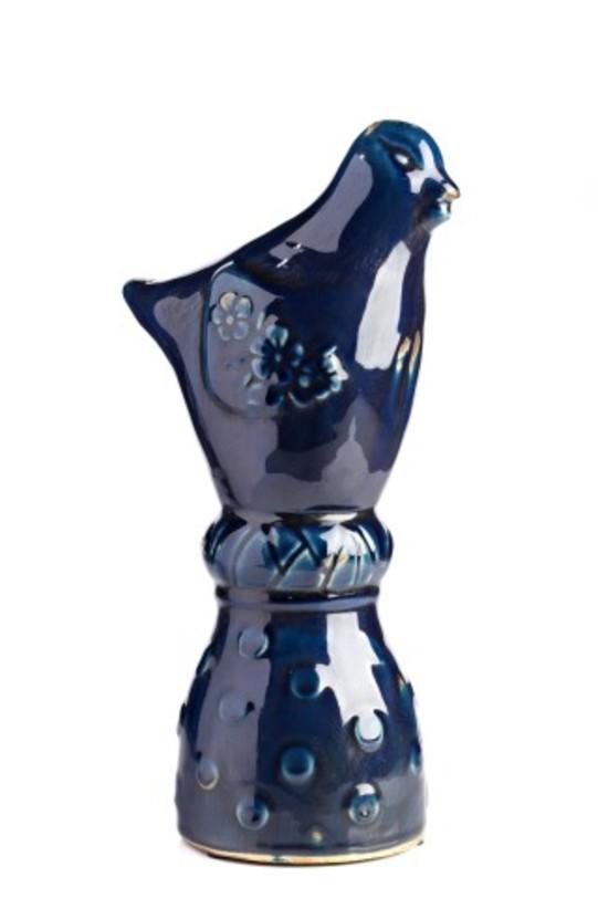 Предметы декора Marine Bird IСтатуэтки<br>Очаровательная керамическая птичка воплощает собой легкость, простор, невесомость, изящество. Не зря птицы — давние спутники человека. Легкий глянцевый блеск и глубокий сапфировый оттенок навевают воспоминания о синей птице Меттерлинка — непреходящем символе счастья и постижения бытия. Статуэтка может служить самостоятельным элементом декора либо составит композицию с другими статуэтками данной серии.<br><br>Material: Керамика<br>Высота см: 32