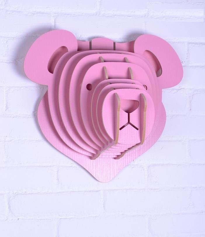 Настенный декор Медведь РозовыйФигуры<br>Декоративные головы животных на стену выполнены в скандинавском стиле, сочетают в себе естественную простоту и изысканность. Экологически безопасные, сделанные вручную, такие элементы декора смотрятся всегда необычно, и в тоже время очень стильно! Очень много разных цветов и вариантов покраски дают разгуляться воображению.<br><br>Material: МДФ<br>Length см: None<br>Width см: 39,9<br>Depth см: 22,5<br>Height см: 35,6<br>Diameter см: None